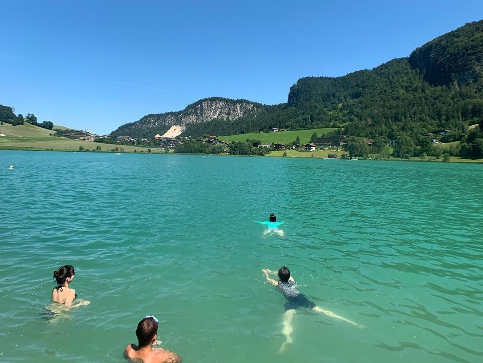 オーガニックリトリートツアーティール湖で泳ぐ様子